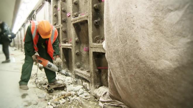 На Невском проспекте молодой диггер получил серьезные травмы после попытки  пролезть в шахту метро