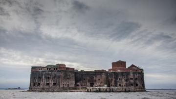 Горожане смогут узнать историю военно-морской базы на острове Котлин во время экскурсии из Петербурга на яхте в Кронштадт
