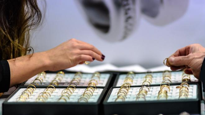 В Петербурге мужчина вынес ювелирные украшения из салона на 135 тыс. рублей