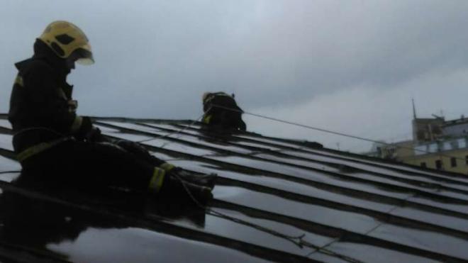 Штормовой ветер повредил крышу здания РНБ в центре Петербурга