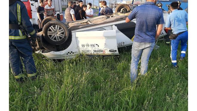На Витебском проспекте перевернулось такси с пассажирами