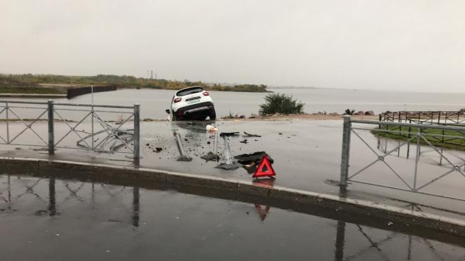 Каршеринг пробил ограждение и едва не улетел в залив на Балтийском бульваре