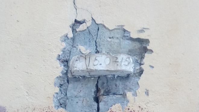 В центре Петербурга трещиной пошел маяк, призванный контролировать трещины