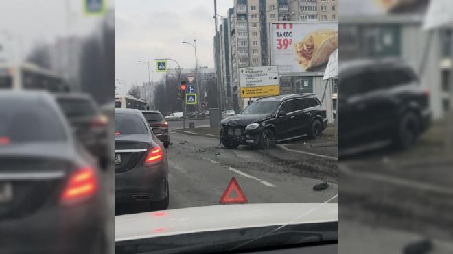 """""""Mercedes"""" и """"Ford Focus"""" столкнулись на перекрестке Богатырского и Планерной"""