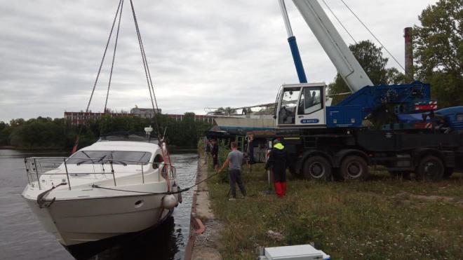 В Финском заливе яхта получила пробоину и стала тонуть