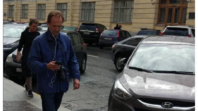 Фото: Рэйф Файнс замечен на улицах Петербурга