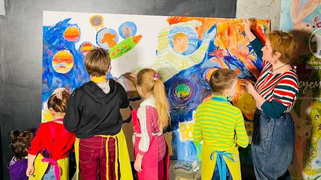 В Петербурге дети нарисовали большую открытку для космонавтов на МКС