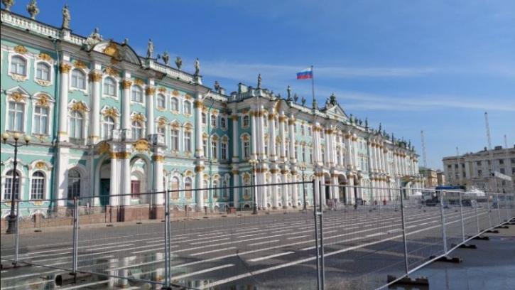 Дворцовую площадь начали подготавливать ко Дню города