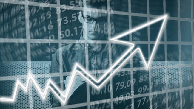 ЦБ повысил официальный курс доллара до 77,77 рубля, евро – до 92,33 рубля