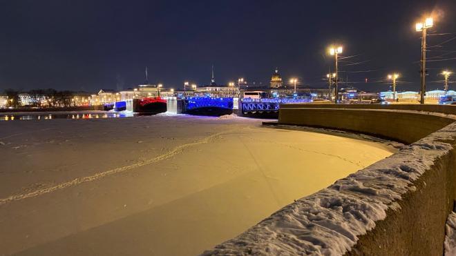 На Дворцовом мосту зажгут подсветку в виде российского триколора