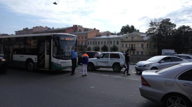 Женщина пострадала в тройном ДТП с автобусом на Римского-Корсакова