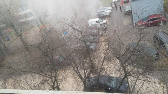 Из-за прорыва трубы на Витебском во дворе дома все залило кипятком