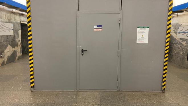 """В петербургской подземке рассказали о предназначении железных ящиков на """"Московской"""""""