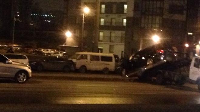 На Кушелевской дороге пьяный водитель Mercedes разбил пять припаркованных на обочине машин