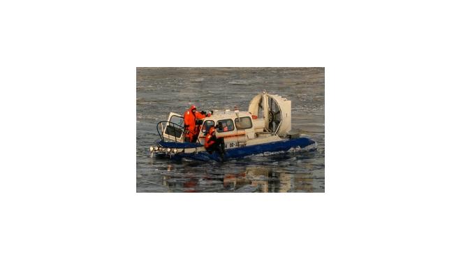С борта прогулочного теплохода в Москву-реку упала женщина
