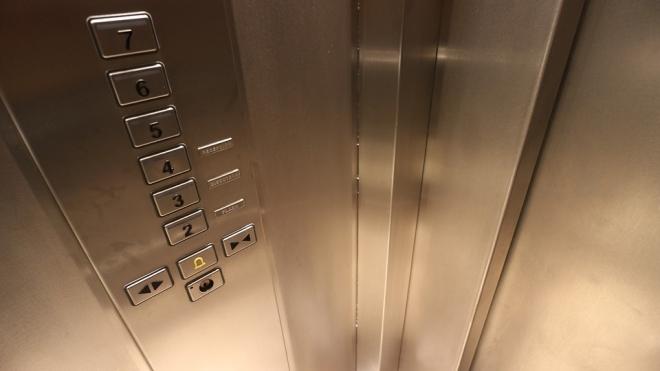 На Туристской школьник разбился в шахте лифта, пытаясь выбраться из застрявшей кабины