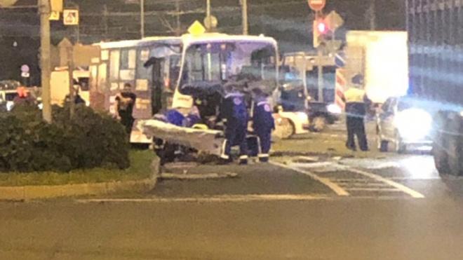 На Софийской грузовик с металлоломом столкнулся с автобусом
