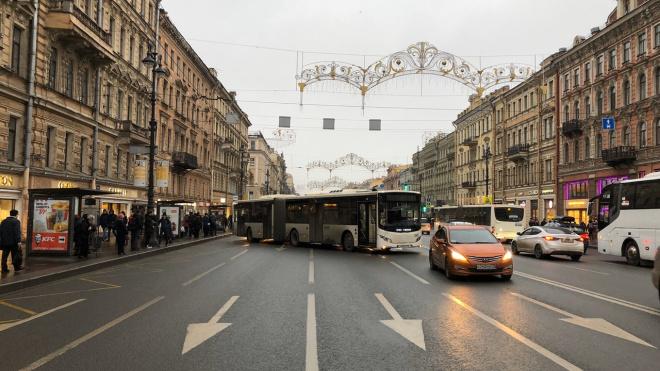 Движение по Невскому проспекту перекрыл автобус