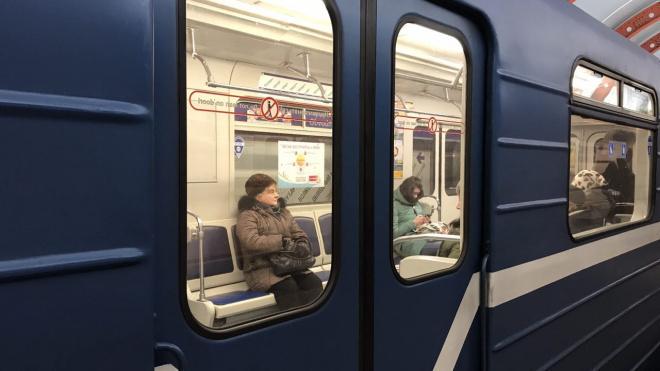"Мужчина умер в вагоне поезда на станции метро ""Площадь Ленина"""