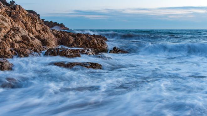 В Крыму семью с детьми на катамаране унесло в штормующее море