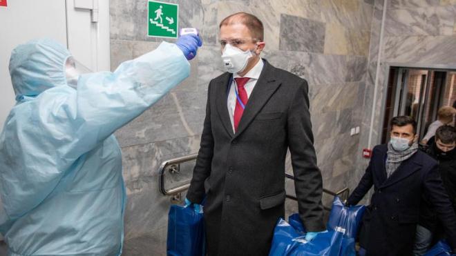 Депутат Госдумы передал в поликлиники Колпинского района более пяти тысяч масок и халатов