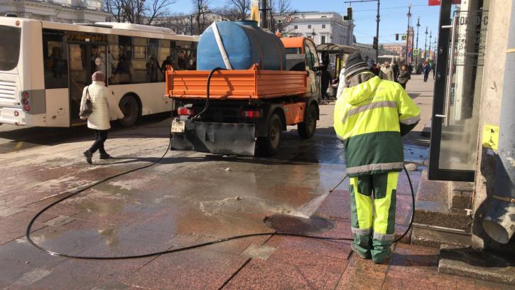 Санкт-Петербург отмывают от зимней грязи: на улицы вышла современная техника