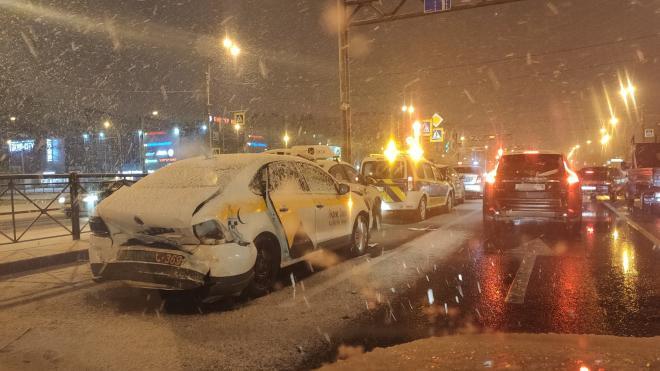 В массовом ДТП под снегом на Дунайском пострадали четверо
