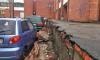 Облицовка здания администрации Красного Села повредила машины