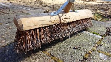 Жилищный комитет проверил дворы города после жалоб петербуржцев на грязь и мусор