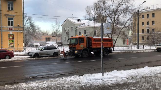 Утром в воскресенье дорожники начали посыпать петербургские улицы реагентами