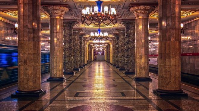 Станции петербургского метро украсили ко Дню Победы