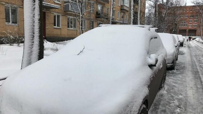 В Петербурге ночной снегопад заставил водителей ночевать на улице
