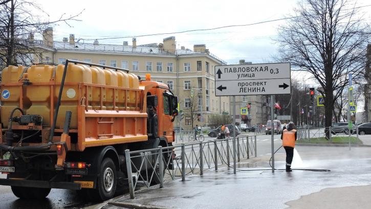В мае дорожные службы вывезли из Петербурга 7 тысяч тонн смета и 700 тонн мусора