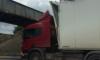 Фото: под мостом на Боровой не прошла фура