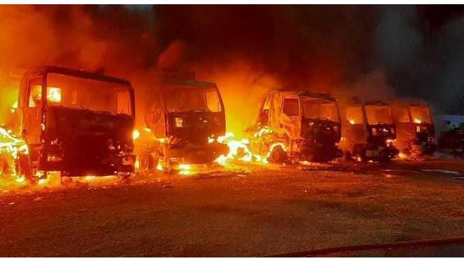 Пламя охватило 7 грузовиков в Гатчинском районе