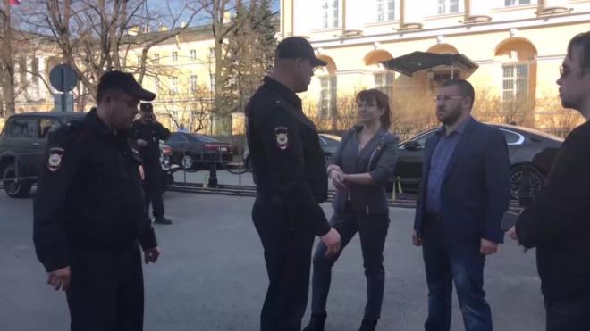 """Активистов """"Новой Охты"""" и журналиста Piter.TV уже три часа держат в полиции без объяснения причин"""