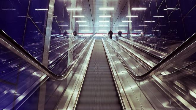"""Станции метро """"Садовая"""" и """"Дыбенко"""" закрыли с промежутком в десять минут"""