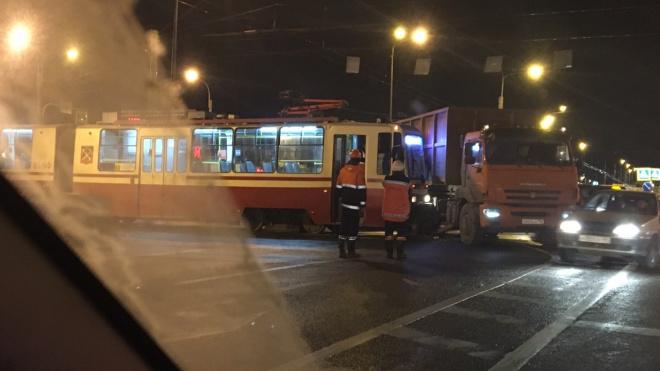 Трамвай и КамАЗ не поделили дорогу на Петергофском шоссе