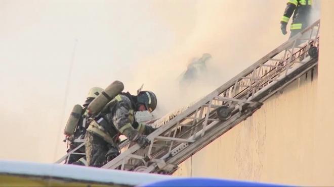 В заброшенном здании Невского рынка горел мусор