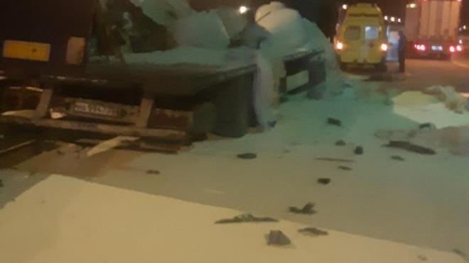 На Крымском мосту фура с содой протаранила грузовик