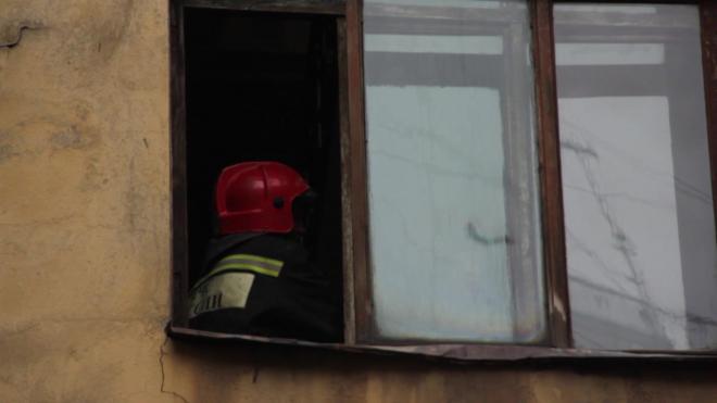 На улице Бабушкина под утро пожарные тушили трехкомнатную квартиру