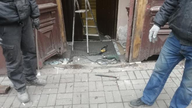 Активисты не дали убрать старинные двери из дома в Центральном районе