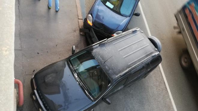 Два внедорожника едва не снесли газовую трубу у дома на Обуховской обороне