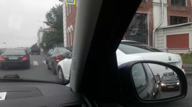 На Арсенальной набережной произошло ДТП из трех машин