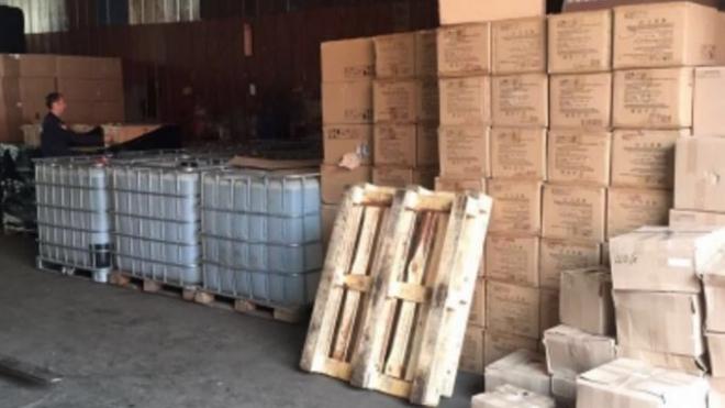 Полиция накрыла цех с 15 тысячами литров поддельного алкоголя в Металлострое