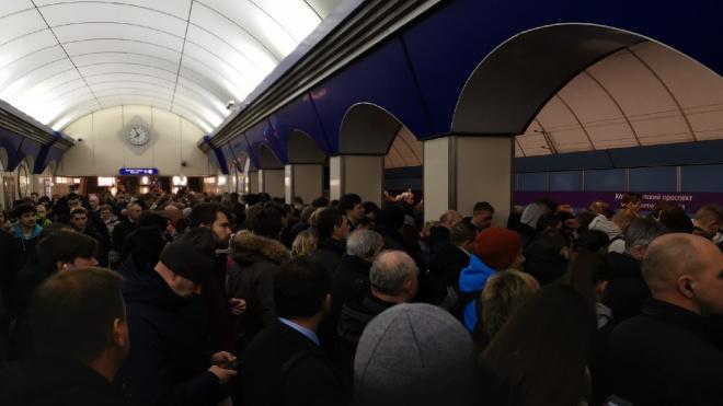 """На станции """"Комендантский проспект"""" произошёл коллапс из-за задержки поездов"""