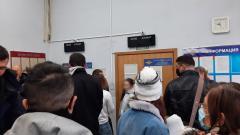 В ОФМС Петербурга столпилась огромная очередь за загранпаспортами