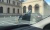 В Петербурге из-за ветра дорожный знак помял иномарку