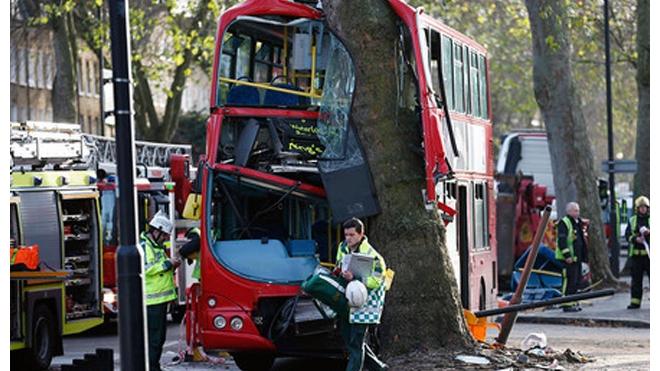 В Лондоне двухэтажный автобус врезался в дерево