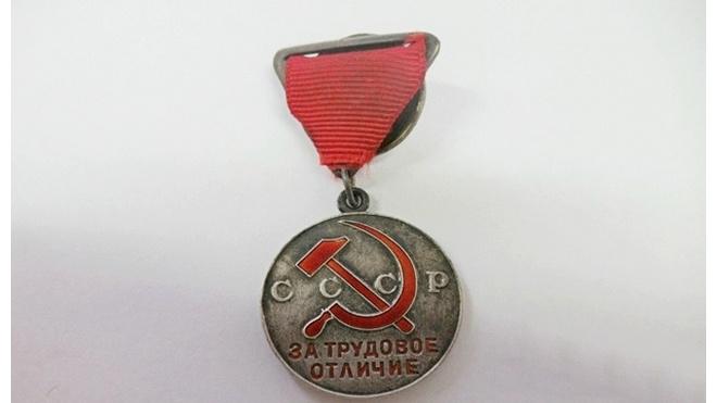 Из Петербурга в США пытались вывести древний топор и советскую медаль